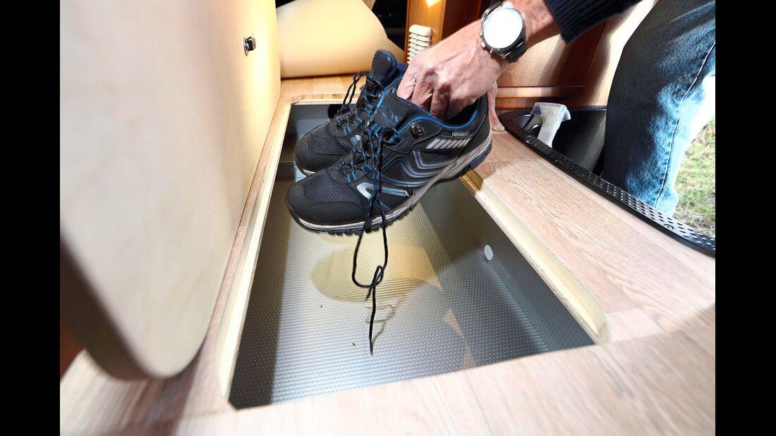 Drei Bodenluken führen von innen in verschiedene Doppelbodenbereiche beim Rapido Distinction