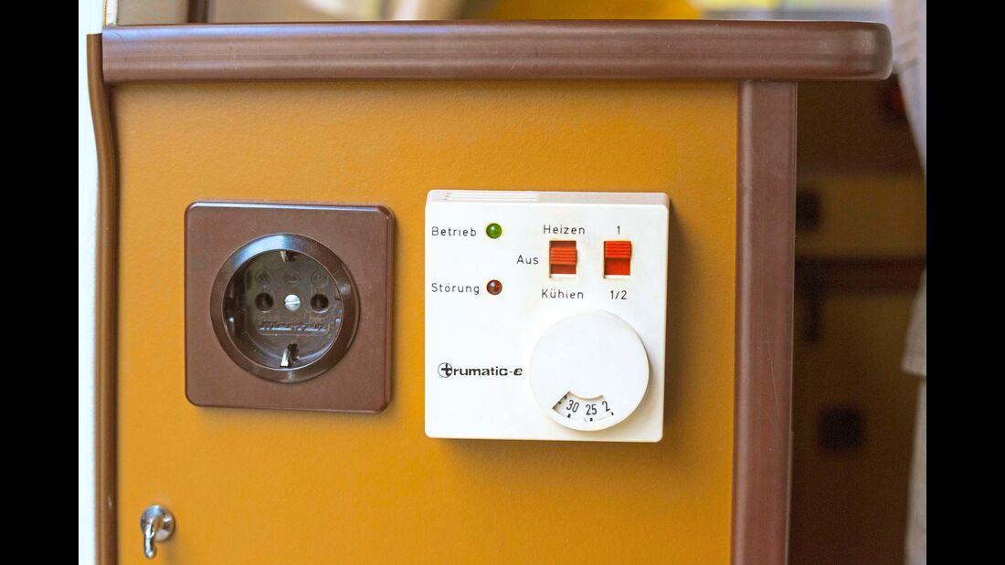 Drei Steckdosen gibt's und eine Gasheizung mit Thermostat.
