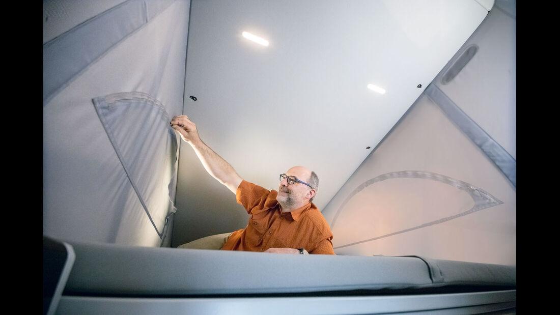 Drei, in der Decke versenkte LED-Leuchten erhellen das Dachbett.