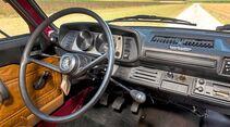 Dünn das Lenkrad, schlicht die Ausstattung. Und auch der Sitzkomfort ist auf langen Strecken, nun ja, gewöhnungsbedürftig.