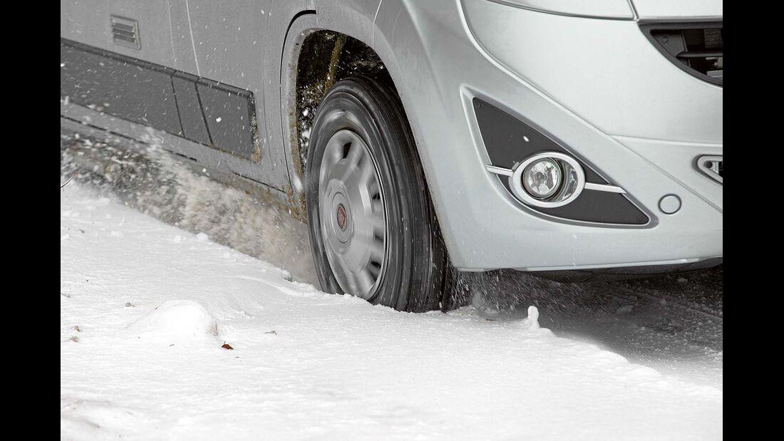 Durchdrehende Räder machen die Stelle noch glatter oder graben das Reisemobil nur noch weiter ein.