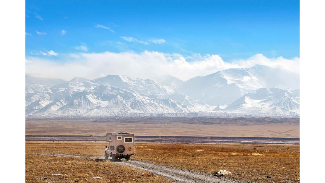 Durchs wilde Kirgistan: Das Pamir-Gebirge am Horizont reicht bis auf 7000 Meter Höhe.