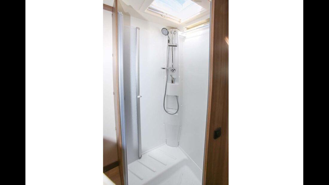 Duschkabine mit störendem Radkasten aber praktischem Wäscheständer beim Rapido 8080 dF