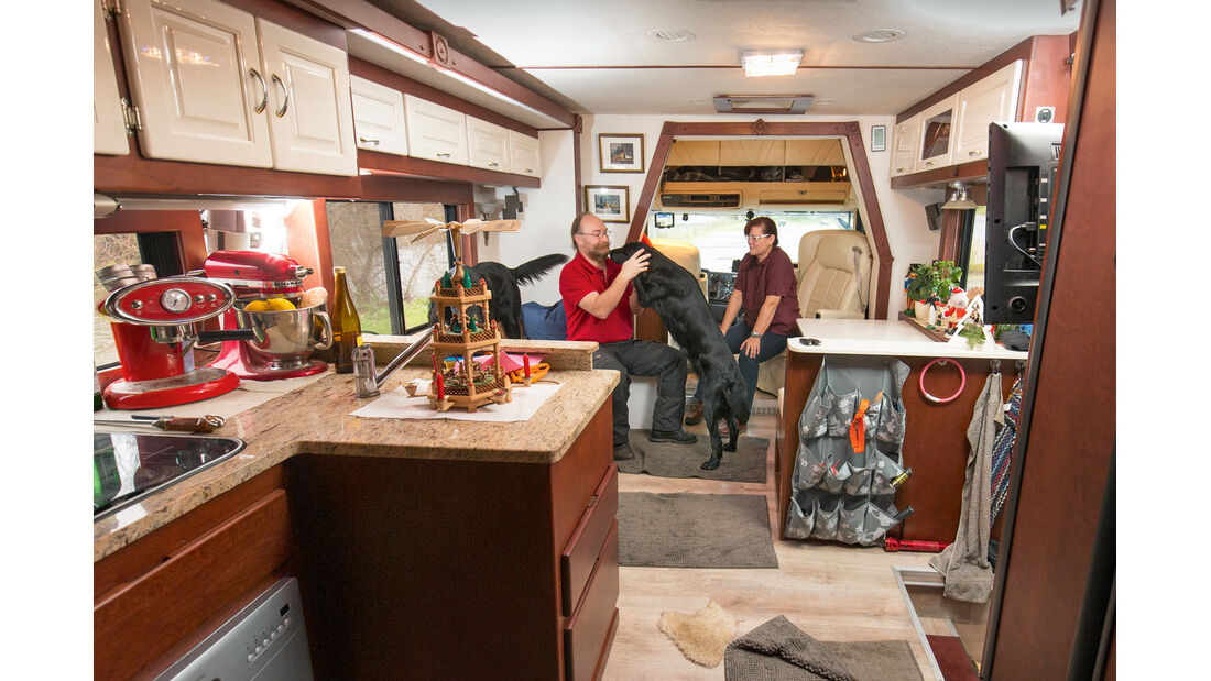 Ehefrau Viola und die beiden Hunde sind immer mit an Bord des Rockwood.