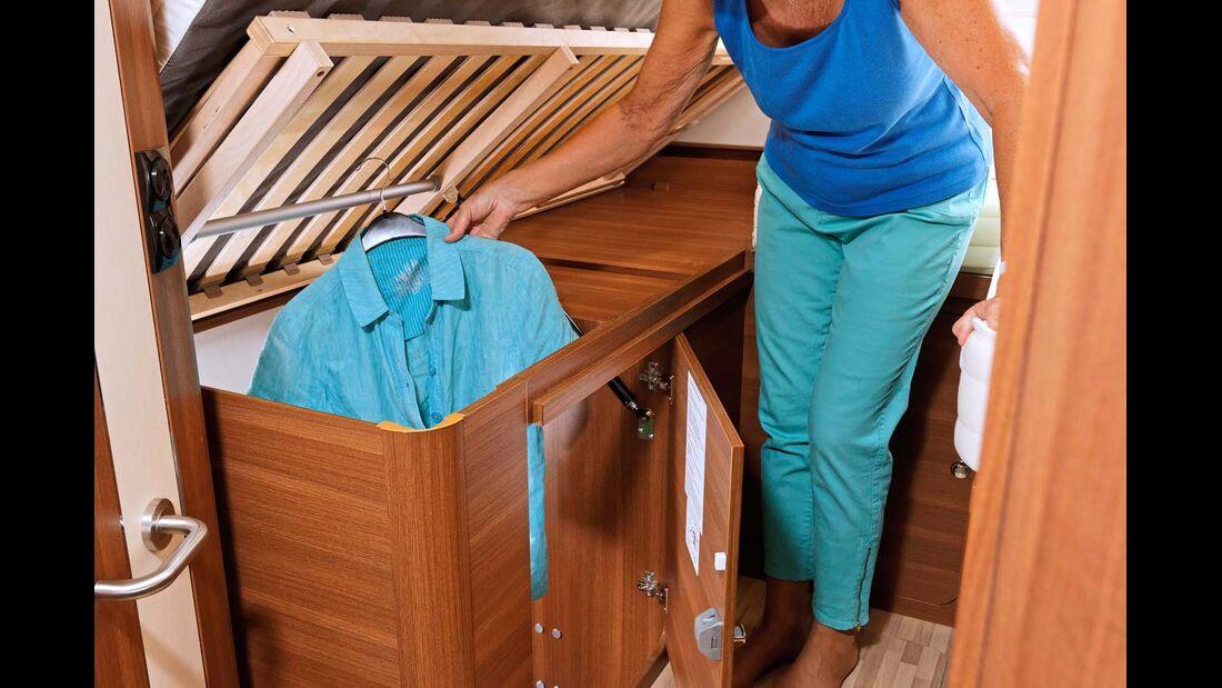 Ein Bettaufsteller erleichtert den Zugriff zum Kleiderschrank.