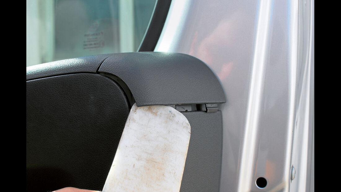 Ein Kunststoffkeil ist ideal zum Abhebeln der Blenden.