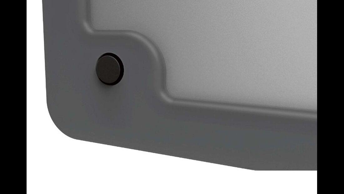 Ein Magnet im Druckknopf hält die Servicetür offen.