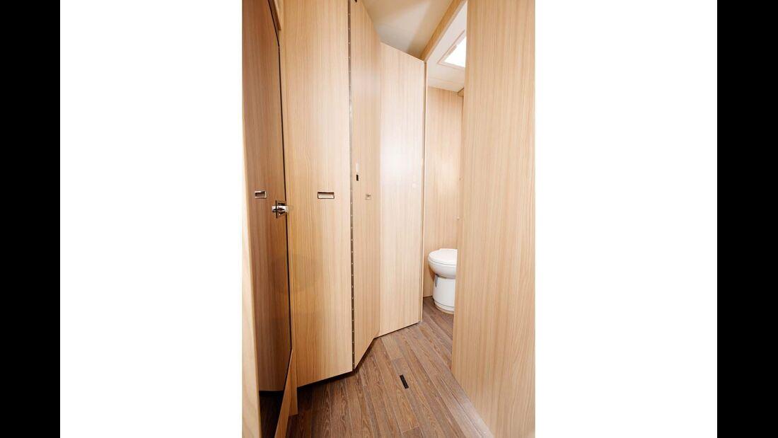 Ein Raumtrenner zum Bad schafft Privatsphäre.