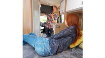 Ein Schwenkarm macht das TV-Glotzen auch bequem vom Bett aus möglich.
