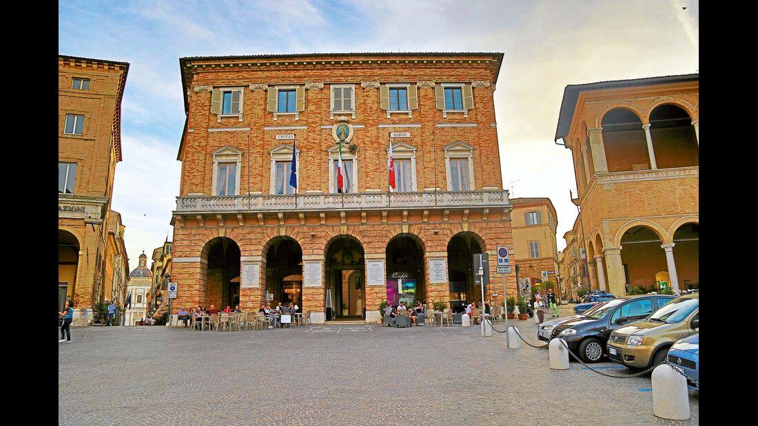 Ein Wahrzeichen dieser Stadt ist die riesige Ballspielarena Lo Sferisterio von 1829.