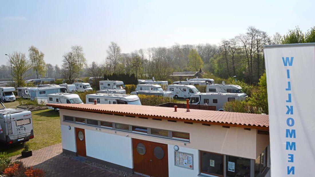Ein Wohnmobil Stellplatz in Bremervörde hat die gute Idee ein Maibaumfest mit einem Reisemobiltreffen zu verbinden.