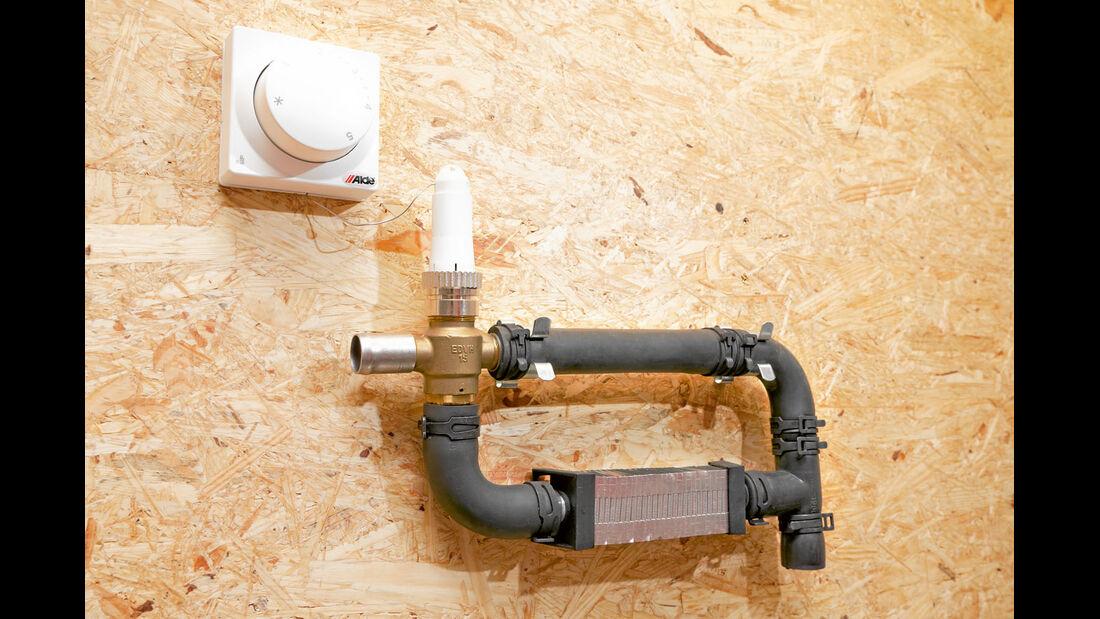Ein Zusatzthermostat mit Ventil laesst eine zweite Heizzone entstehen.
