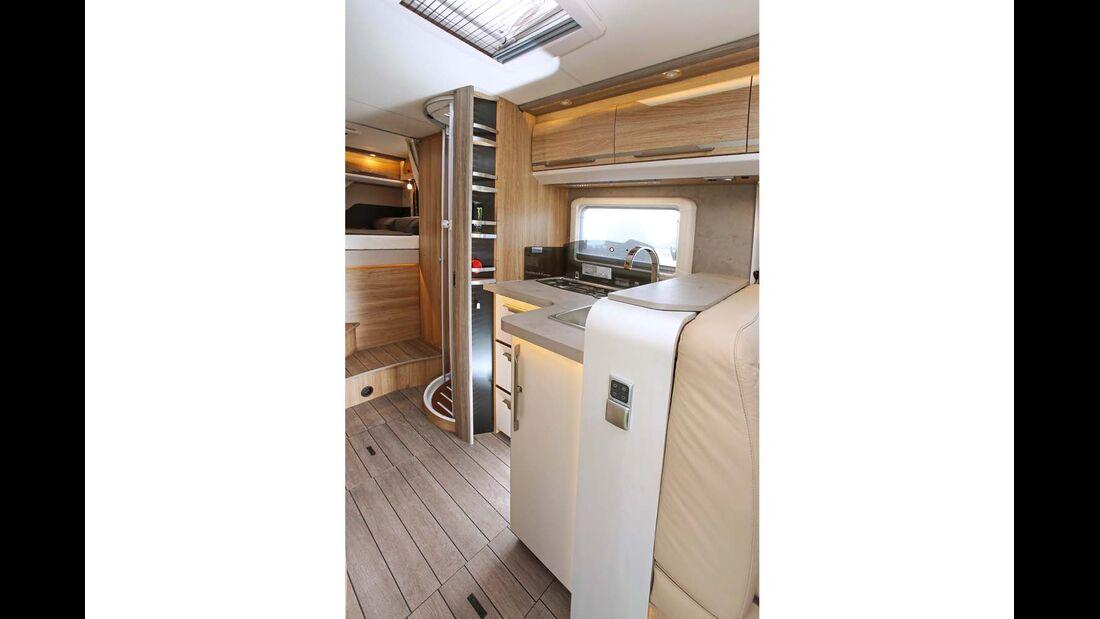 Ein breiter Tresen trennt Sitzbank und Küche