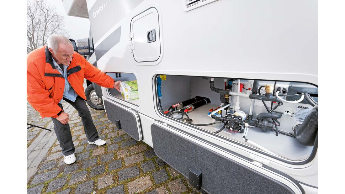 Ein entsprechend hoher Doppelboden wie hier im Cruiser-Alkoven macht die Installation der Alde-Warmwasserheizung besonders übersichtlich möglich.