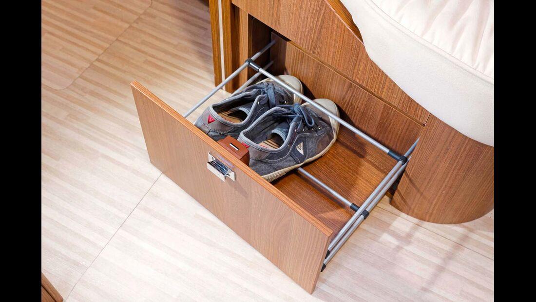 Eine Schublade für Schuhe macht den Stauraum in der Querbank-Sitztruhe gut nutzbar.