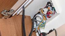 Eine Verteilerdose befindet sich im Hängeschrank. Die Kabel verlaufen unsichtbar hinter dem Schrank.