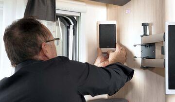 Eine gute Position für die Boxen im Wohnraum sind die Ecken an den Wänden von Bad und Küche.