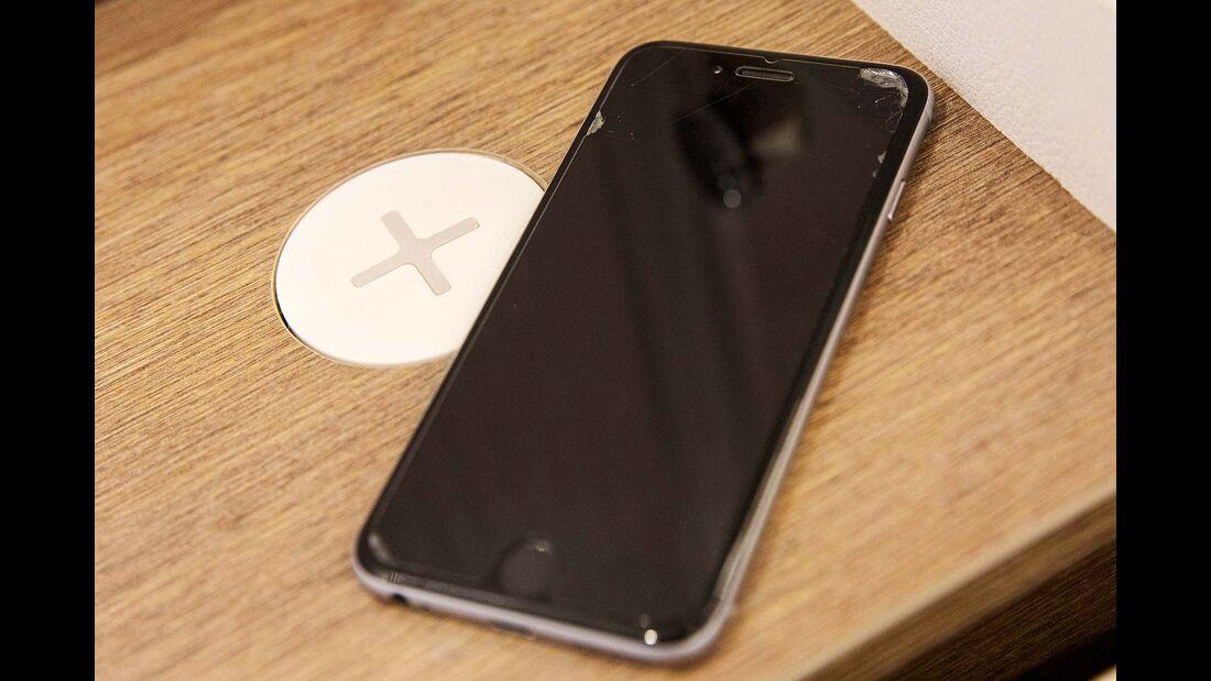 Eine induktive Ladestation versorgt das Smartphone mit Strom.