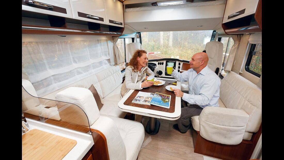 Eine komfortable Sitzrunde und ein optionales Hubbett in der Front.