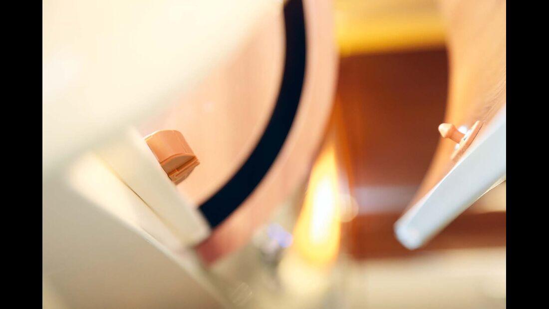 Einfache Möbelschnäpper halten die Klappe geschlossen.
