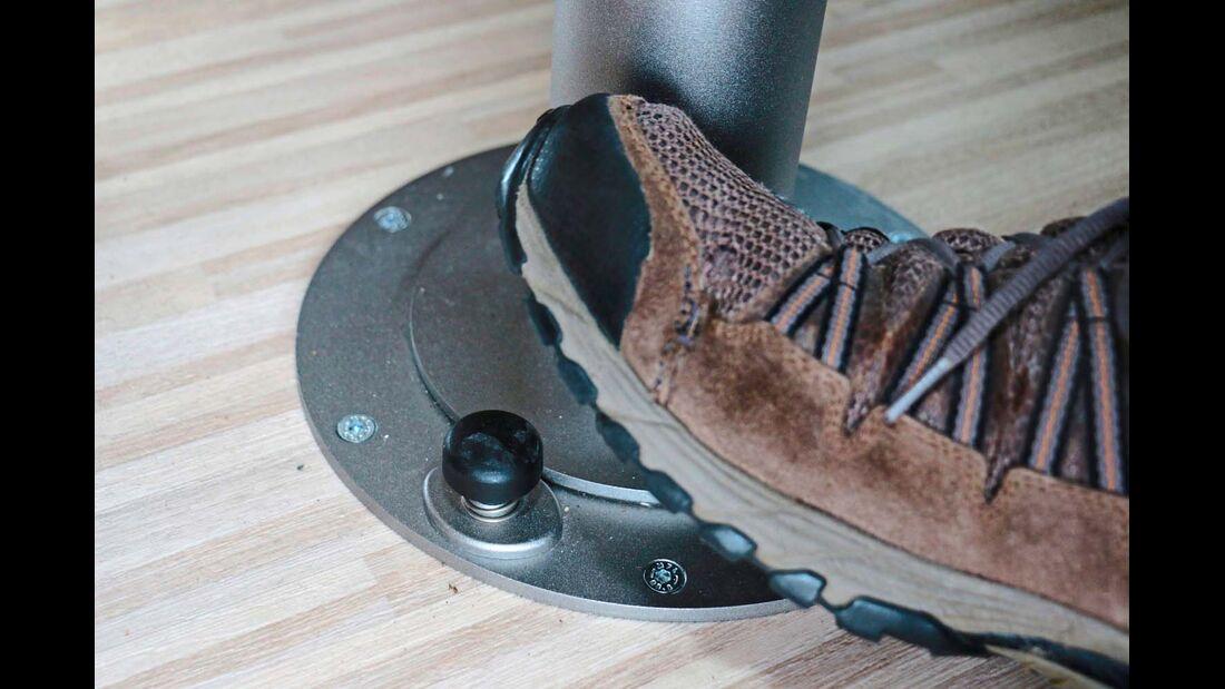 Einfacher kann die Entriegelung zum Verschieben der Tischplatte nicht funktionieren las mit dem Fußpedal.