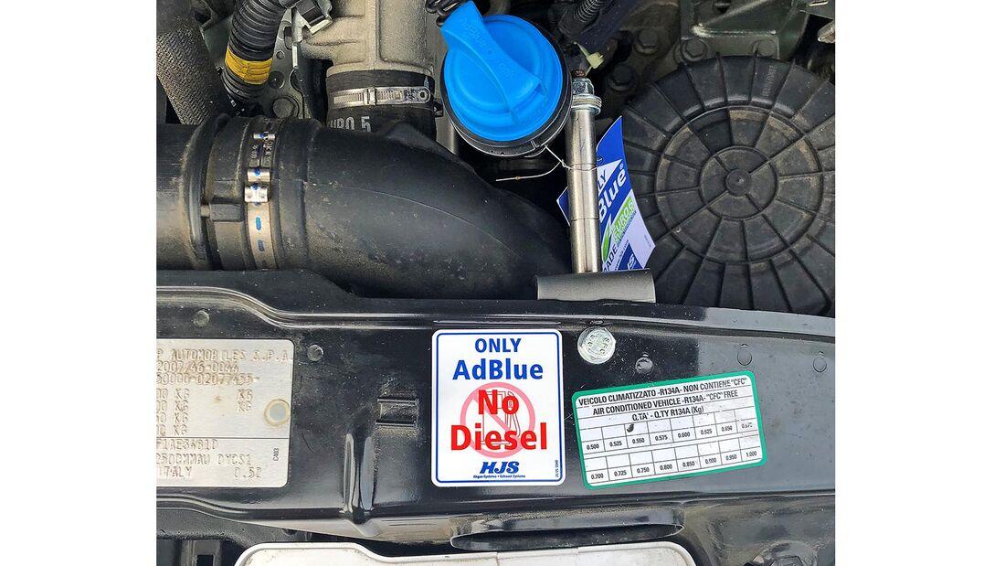 Einfüllstutzen für AdBlue im Motorraum des Fiat Ducato.