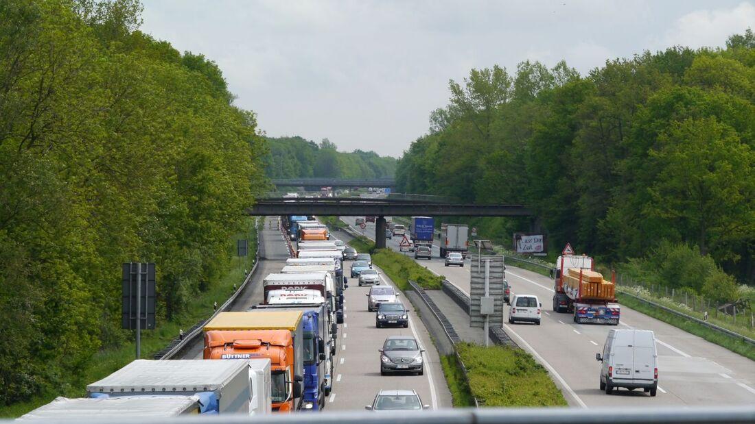 Einige Länder verhängen in der Hauptreisezeit ein zusätzliches Fahrverbot für Lkw über 7,5 Tonnen sowie für Lkw mit Anhänger.
