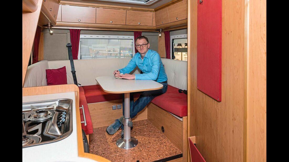 Einige Robel-Mobile sind auch mit Echtholzfurnier-Möbeln erhältlich.