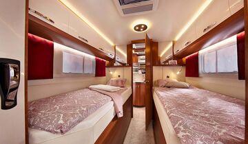 Einzelbetten-Alternative, ebenso mit großem Heckbad.
