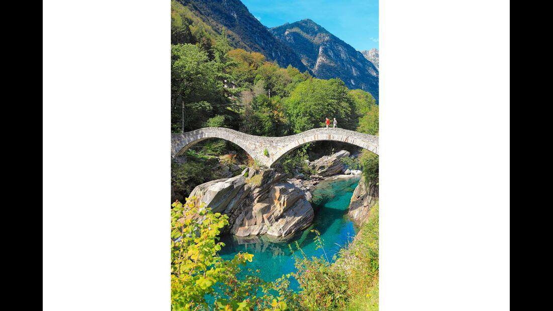 Elegante Bogenbrücke Ponte dei Salti bei Lavertezzo.