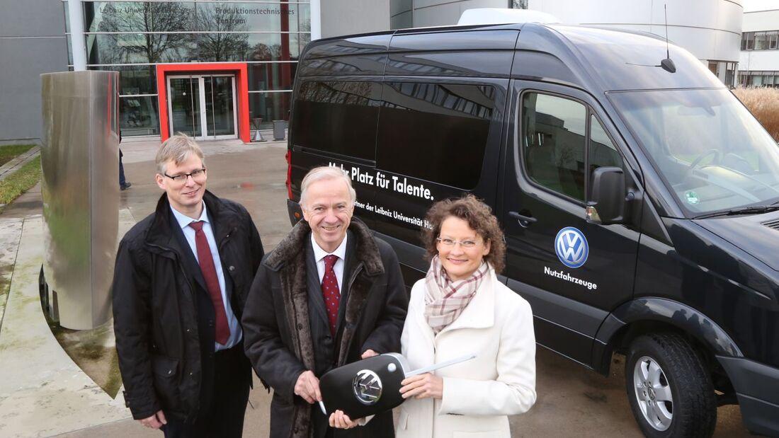 Elke Eller, Markenvorstand Personal, hat einen Crafter an Prof. Erich Barke, Präsident der Leibniz Universität Hannover, übergeben.