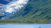 Engenbreen: blau schimmernde Gletscherzunge, die fast bis auf Meereshöhe hinabreicht.