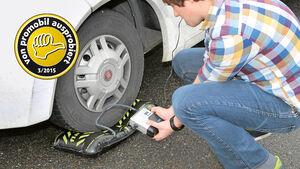 Erst wenn der Reifen richtig steht, wird der Flat-Jack aufgepumpt.