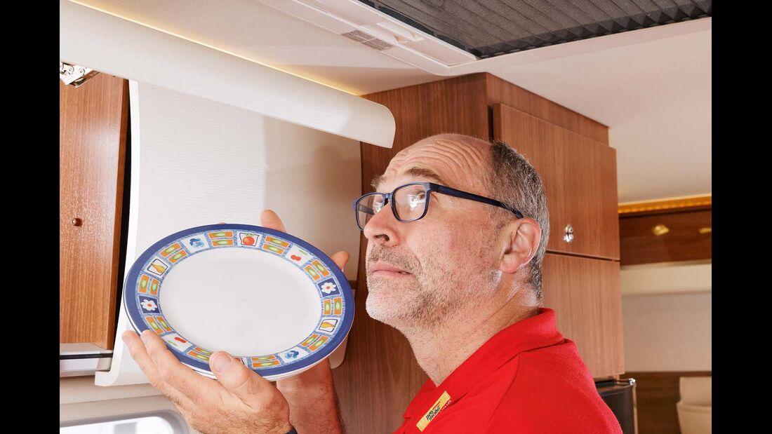 Euro Mobil Integra Line 690 HB mit scharfkantigen Klappen bei den Küchenhängeschränken