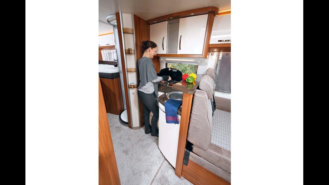 Fächer für Kleinteile, ein Geschirrtuchhaken und viel Abstellfläche in der Küche beim Hobby Optima