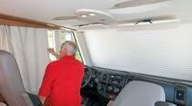 Fahrerhaus-Verdunkelung: Für Frontscheibe einen elektrischen Rollladen, an den Seiten Vorhänge.