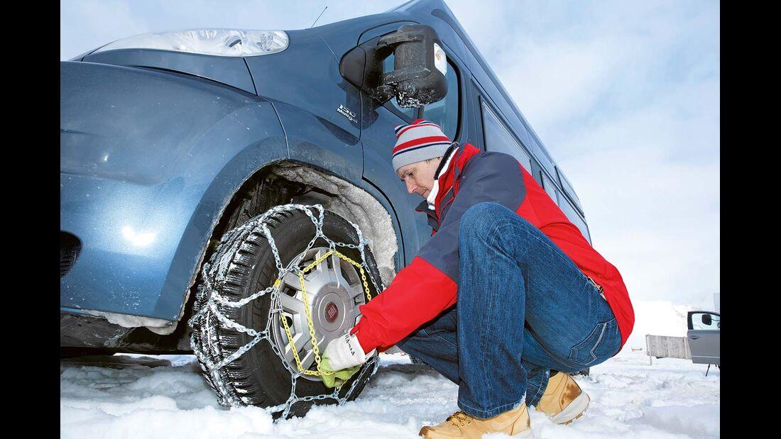 Fahrzeug mit Schneeketten