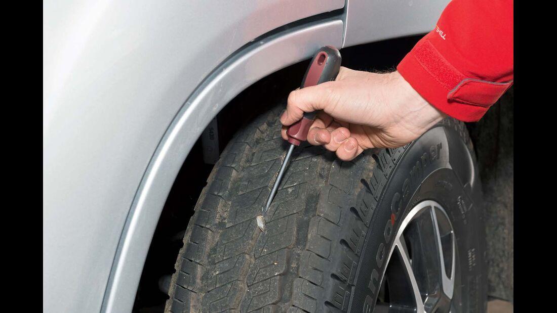 Festgefahrene Steine sollte der Fahrer vorsichtig entfernen.