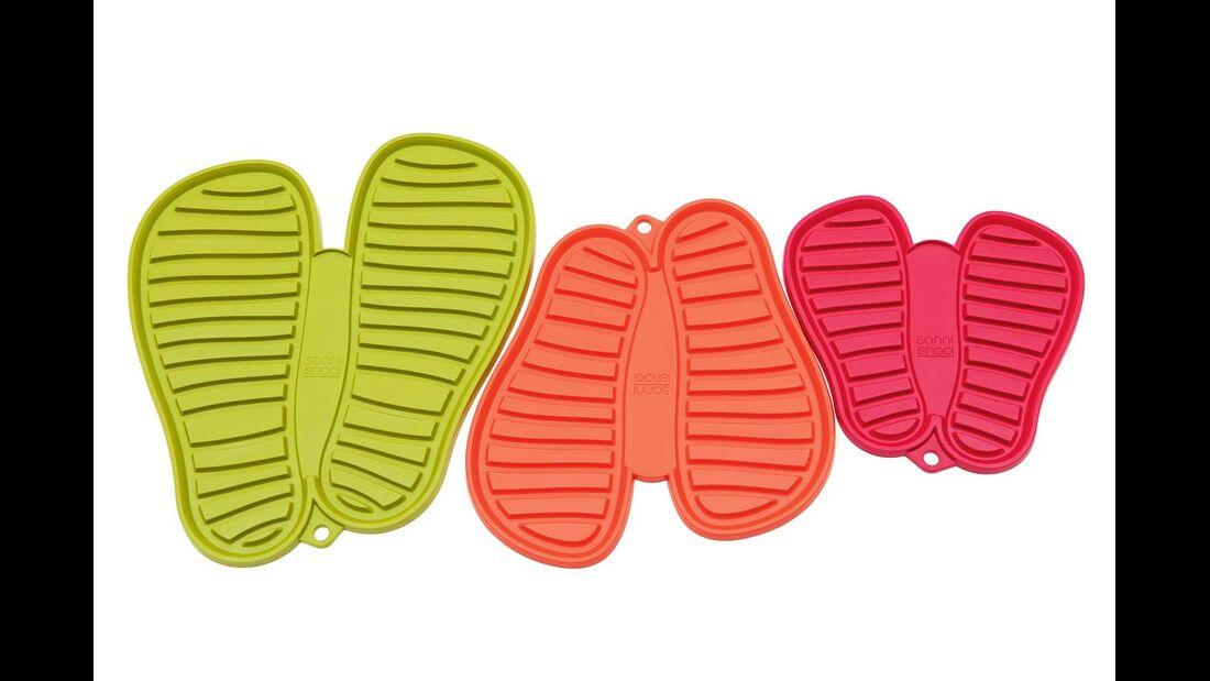 Feuchte, schmutzige Schuhe stehen am besten auf den leicht zu reinigenden Matten für 14 Euro. (shoo-pad.com)