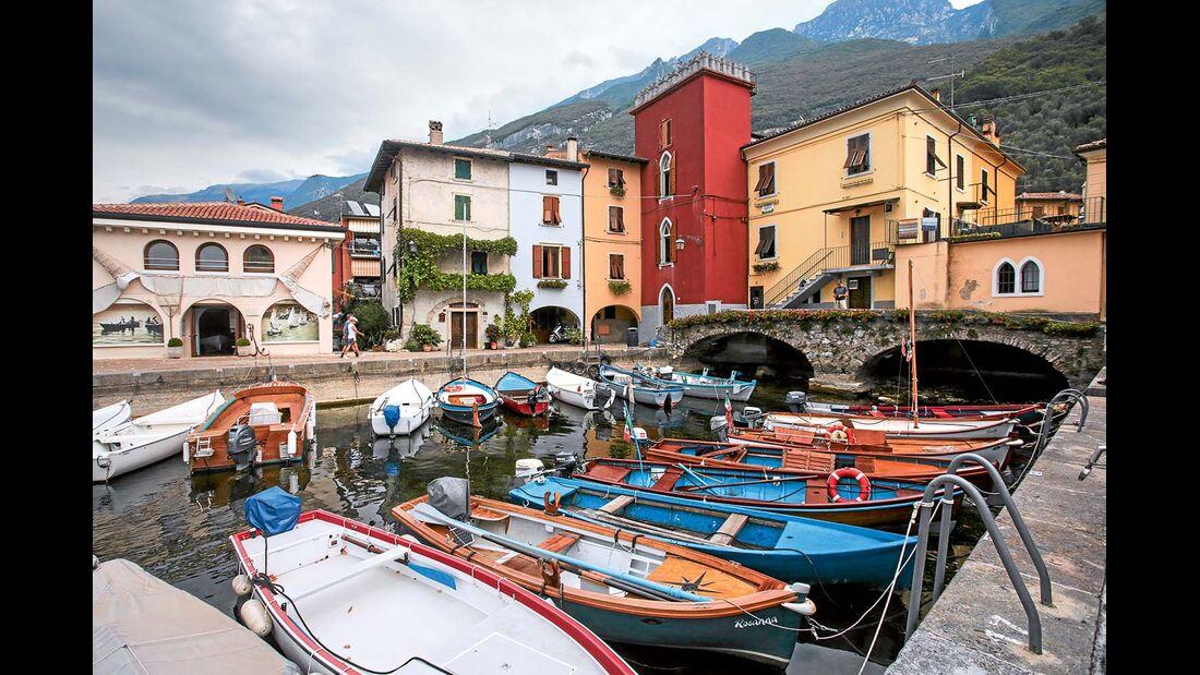 Fischerboote liegen dicht an dicht im Hafen von Cassone.
