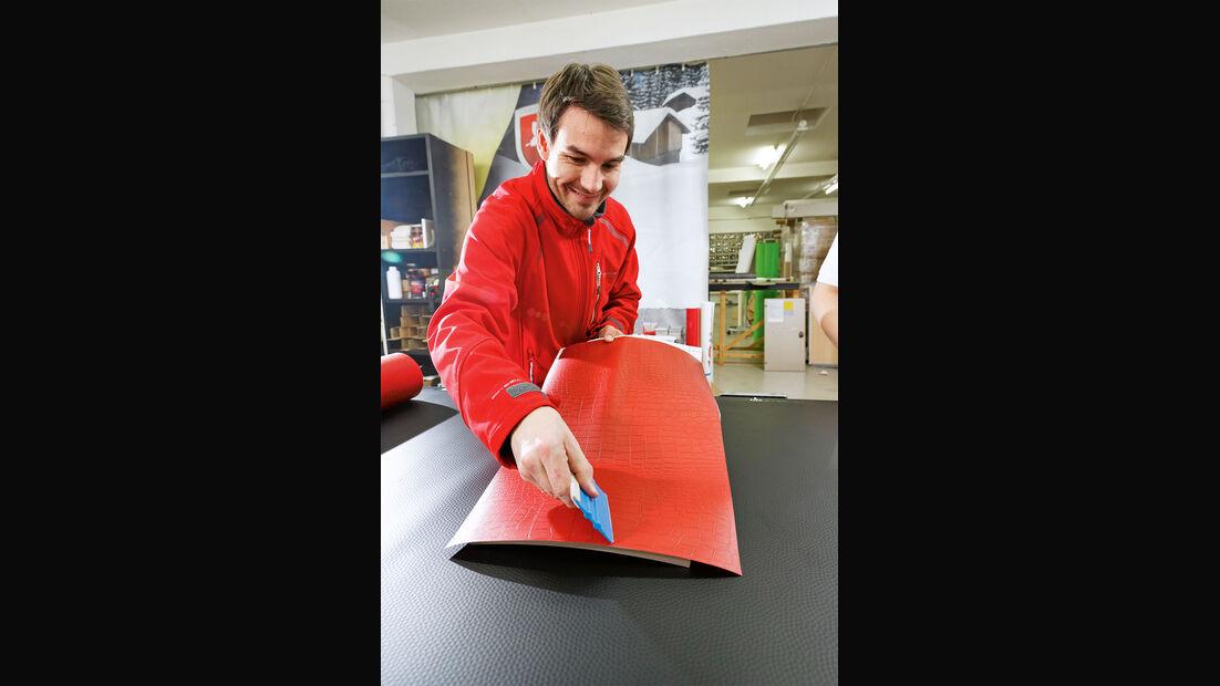 Folie gerade auf der Möbeloberfläche ablegen und mit Hilfe eines Rakels gleichmäßig von innen nach außen andrücken