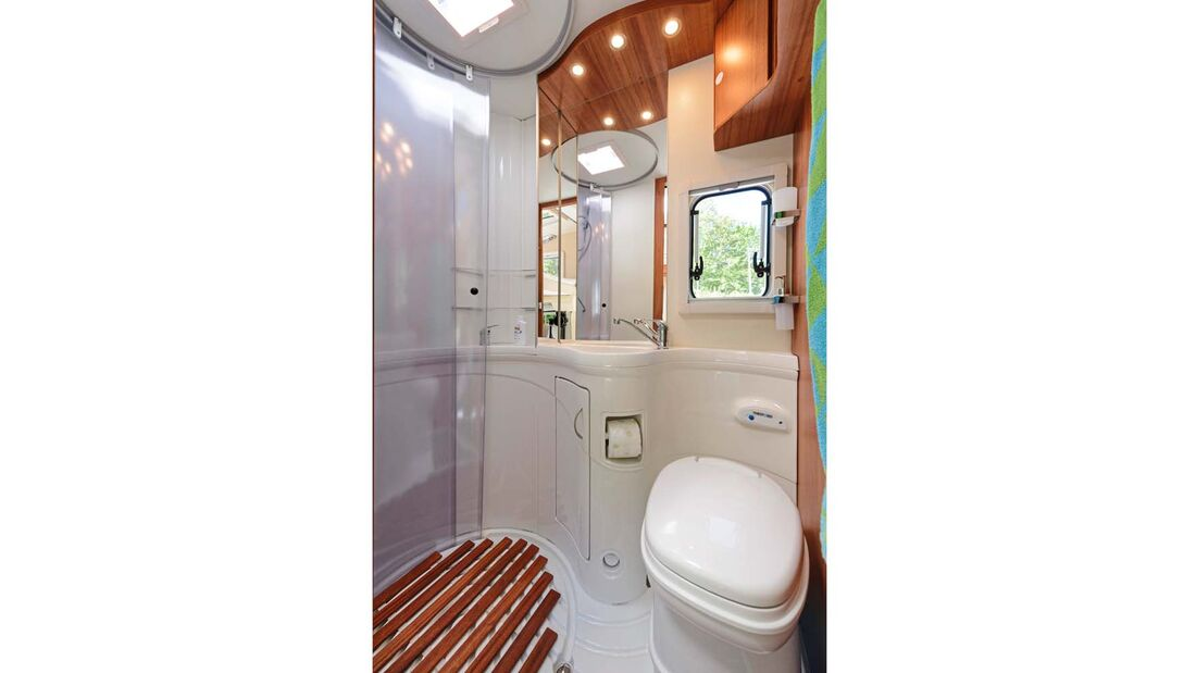 Freundlich-helles Ambiente, aber labile Ablagetüren im Bad.