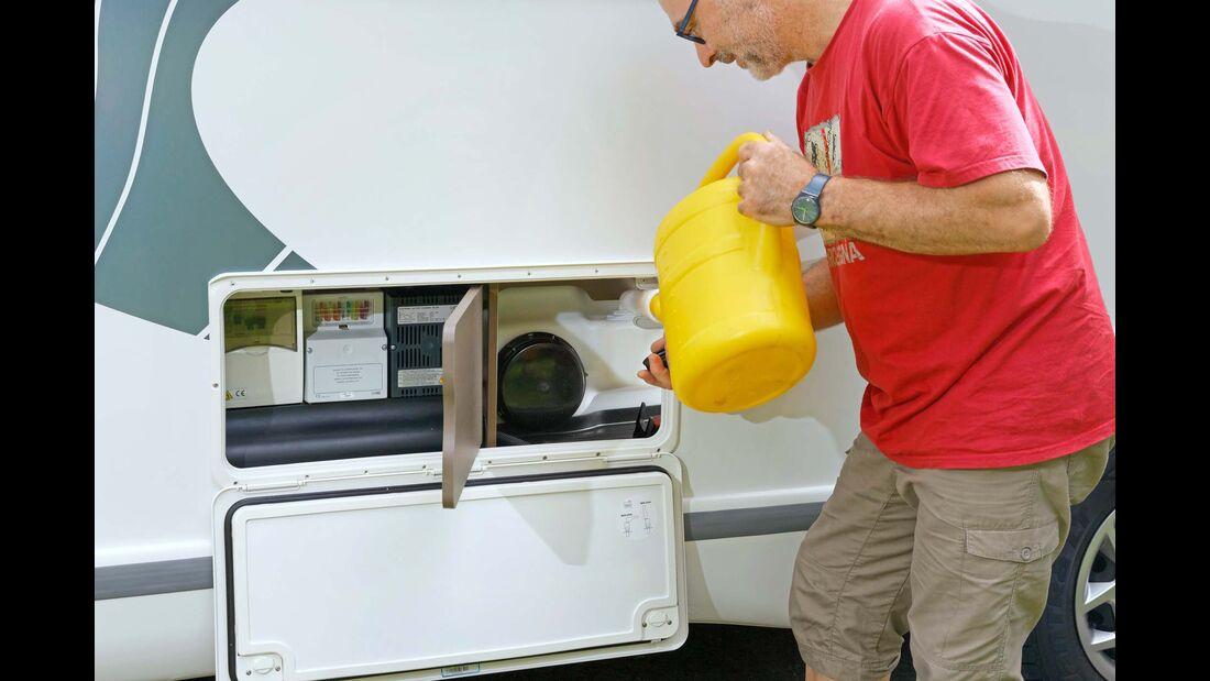 Frischwassertankzugang, Ladegerät und Sicherungen sind in einem separaten Außenfach auf der linken Seite zusammengefasst.