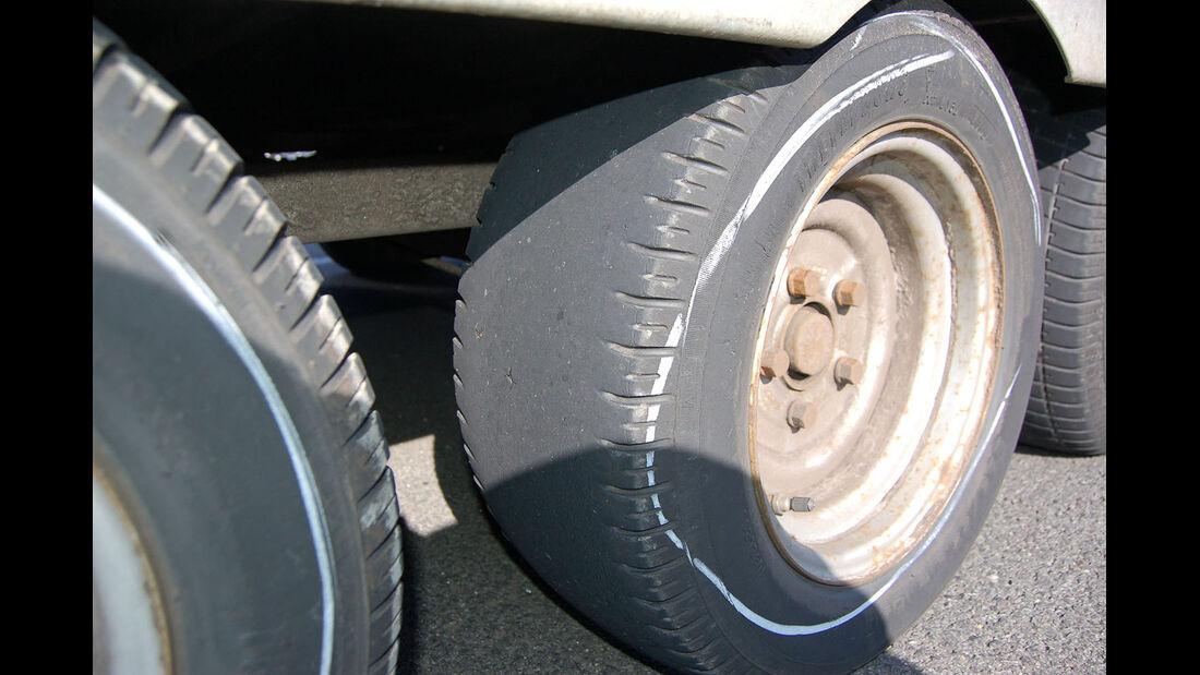 Fünf der Sechs Reifen haben kein Profil mehr.