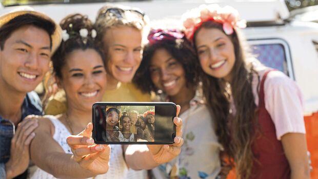 Fünf junge Erwachsenen machen ein Selfie mit dem iPhone