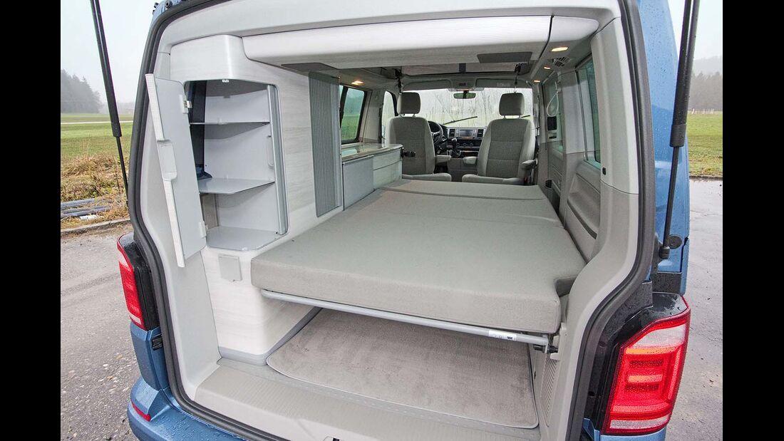 Für den Aufbau des unteren Betts klappt man die Kopfstützen einfach weg beim VW California