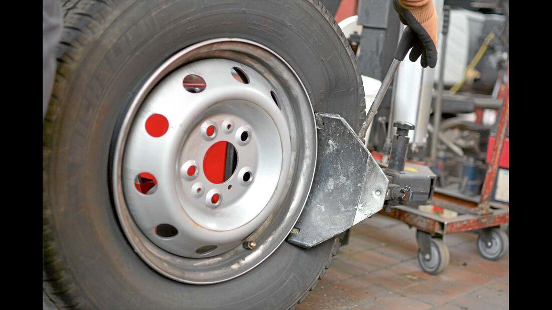 Für den Einbau der Sensorventile von Schrader und Inpro muss der Reifen von der Felge getrennt werden.