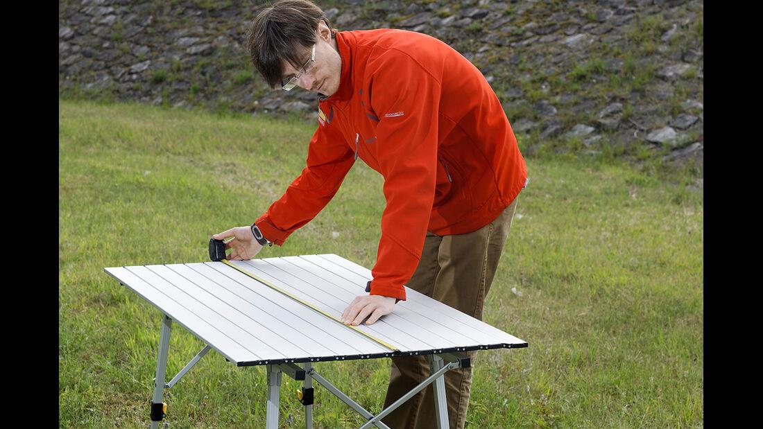 Für den Test wurden alle Campingtische gemessen, gewogen und auf Stabilität hin untersucht.