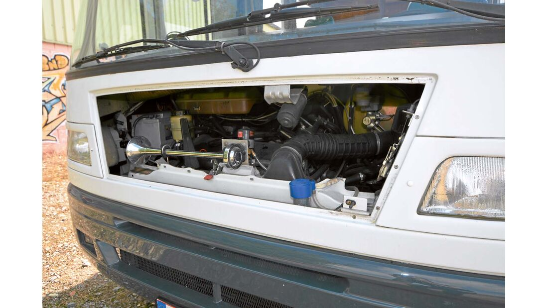 Für den schmalen Motorzugang wird die Bugklappe entfernt.