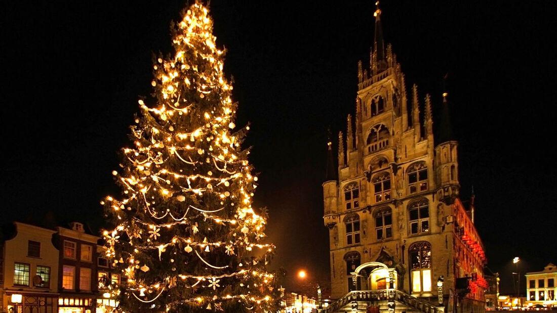 Für vorweihnachtliche Stimmung sorgt der Besuch in der südholländischen Stadt Gouda bei Kerzenschein. Die Gebäude rund um den Markt erstrahlen am 12. Dezember in hellem Kerzenschein.